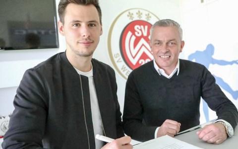 Heinz Lindner unterzeichnet den Vertrag beim SV Wehen Wiesbaden.