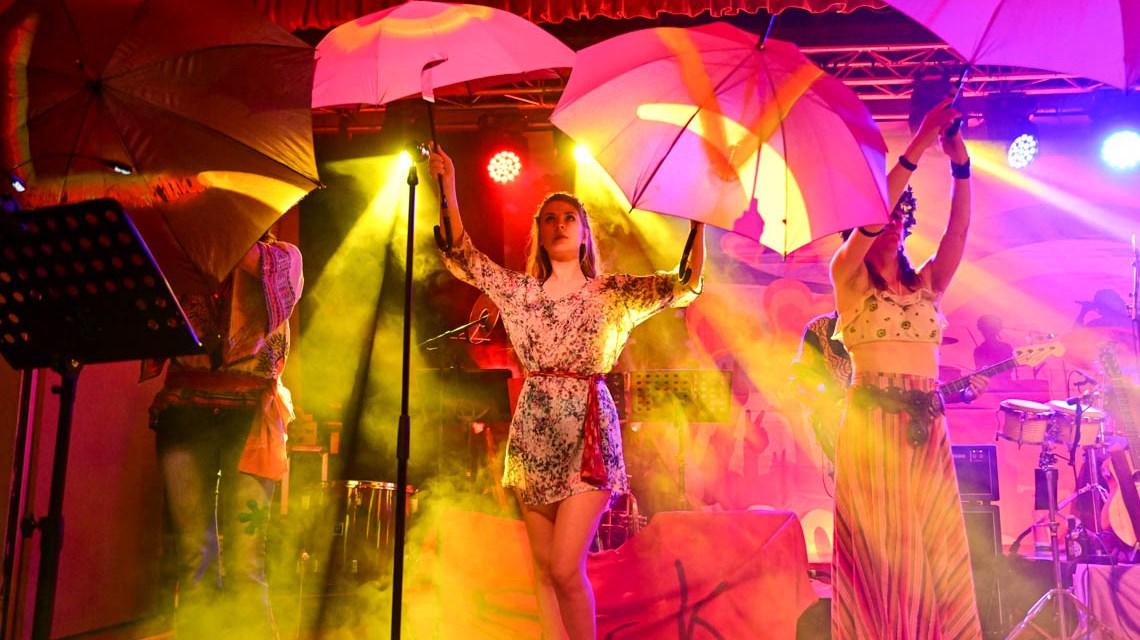 """1969 – August. Das """"Woodstock Music and Art Festival"""" war ein Musikfestival, das noch heute als der musikalische Höhepunkt der Hippie-Bewegung in Amerika gilt."""