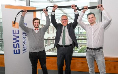 """Mit dem schwarzen Judo-Gürtel für die """"Wiesbaden Crowd"""" (v. l.): Philip Gräter (fairplaid), Ralf Schodlok (Vorstandsvorsitzender ESWE Versorgungs AG) und Marcel Stebani (Judo Club Wiesbaden)."""