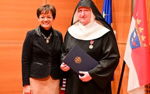 Lucia Puttrich ünberreicht Schweester Phiulippa das Bundesverdienstkreuz