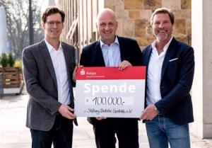 Scheckübergabe, Gordon Sonett, Oliver Raun und Andreas Steinbauer.