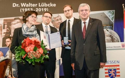 Ministerpräsident Volker Bouffier zeichnet Dr. Walter Lübcke posthum mit der Wilheekm Leuschner Medaillie