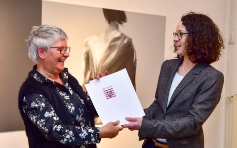 Beatrix Kleine erhält von Hessens Ministerin Angela Dorn die Auszeichnung Museum des Monats für das frauen museum wiesbaden.