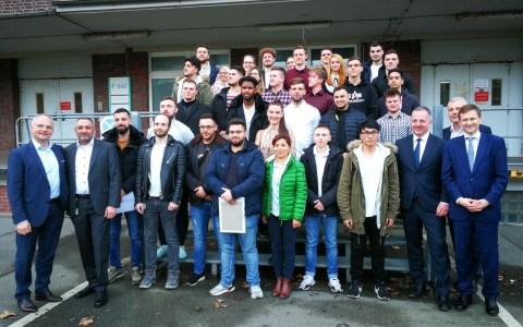 Bürgermeister Dr. Franz gratuliert Ausbildungsabsolventen