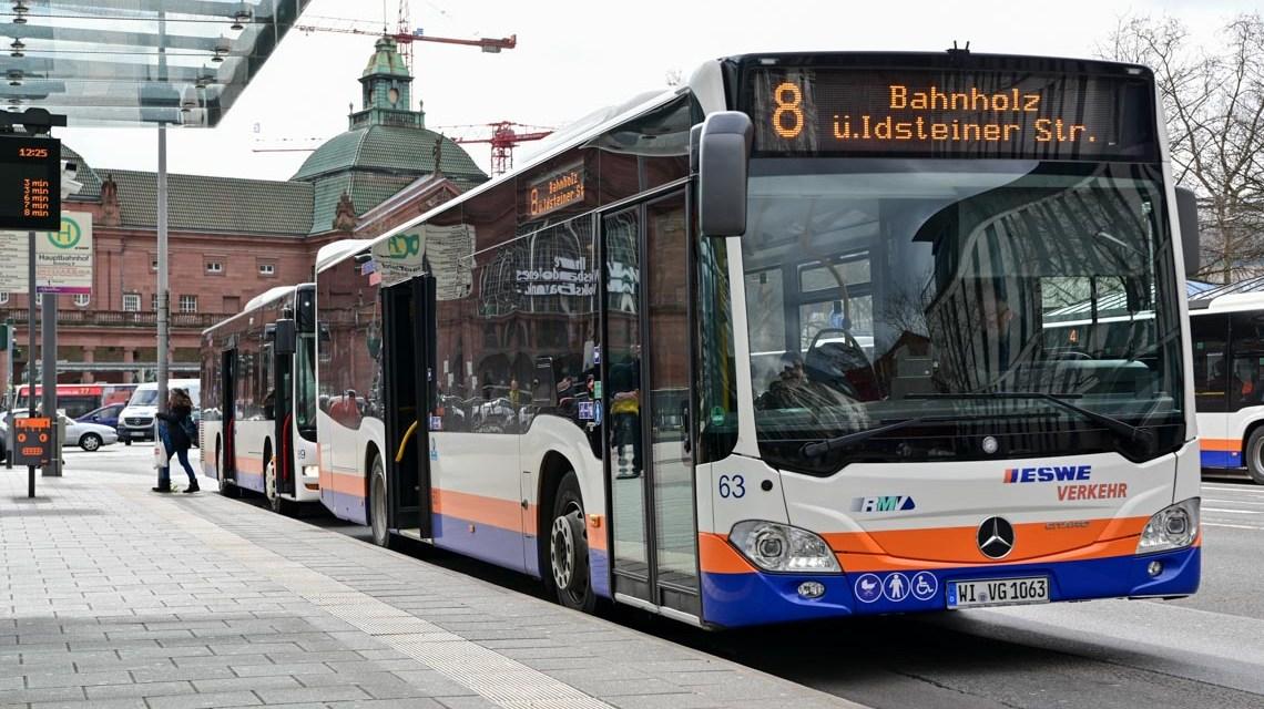 Linie 8 an der Haltestelle Bahnhofstraße / Hauptbahnhof.