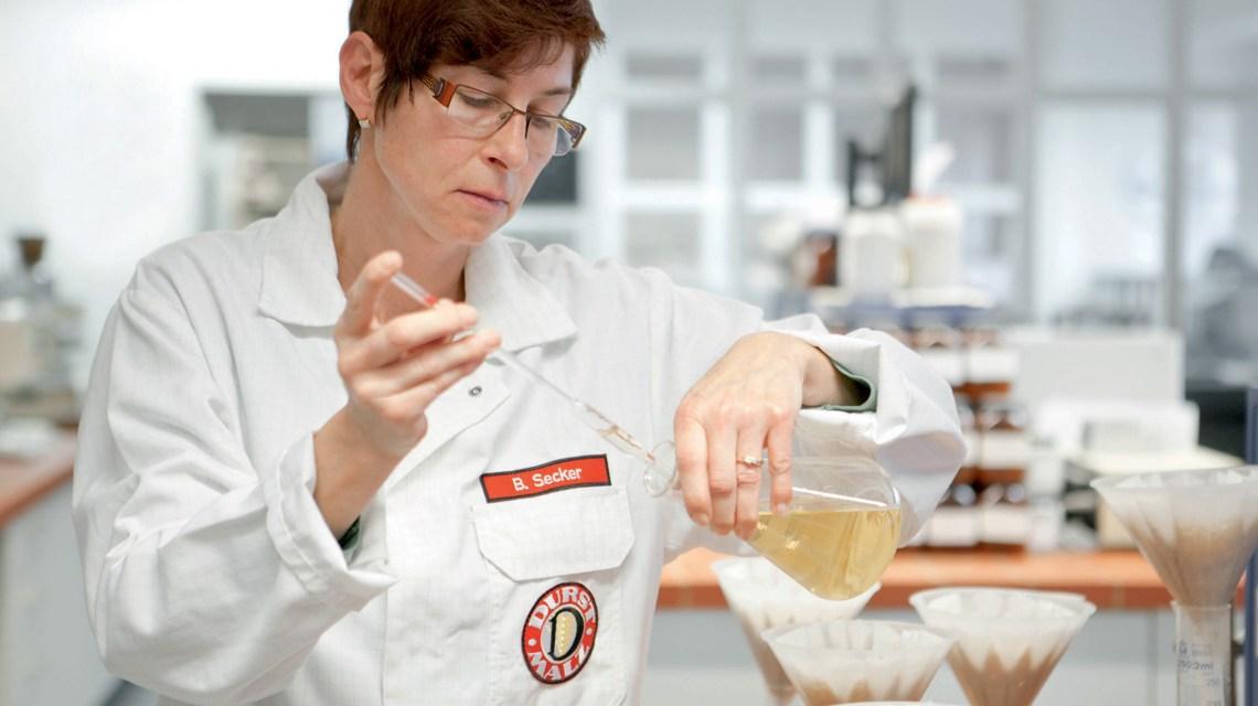 Das hauseigene Labor – hier Laborantin Barbara Secker – untersucht …. (Rolls-Royce Power Systems AG / Marcel Mayer)