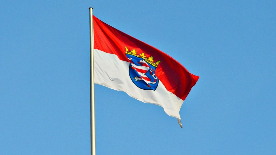 Landtag, 1 Haushalt, 800 Quadratmeter , Fahne Hessen ©2020 Pixbay