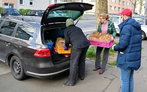 Lunchpakete für Obdachlose Bernarda Westrupp packt die Pakete ins Auto von Taxiunternehmer Orhan Soganci (re) Foto: Volker Watschounek