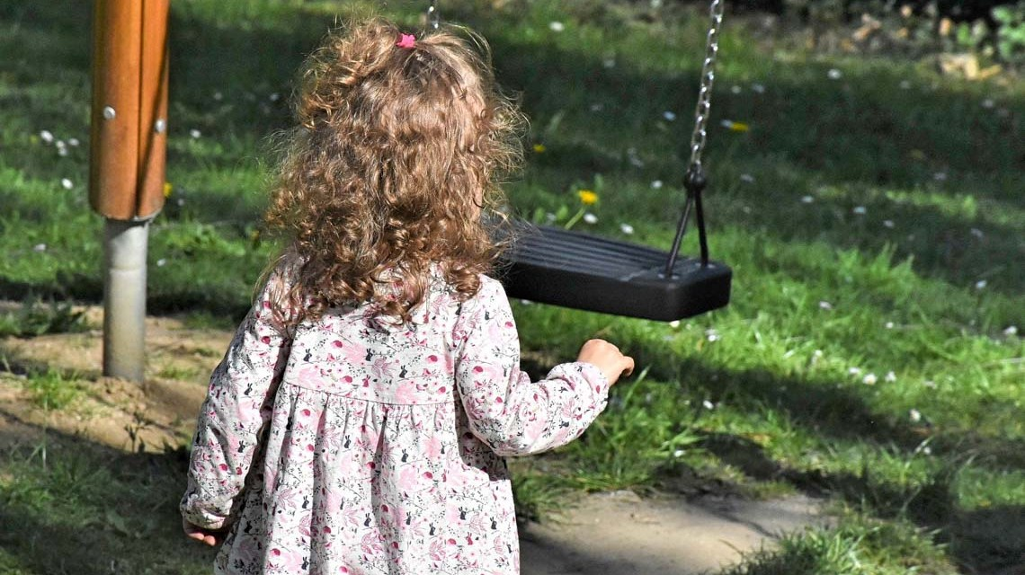 Spielplätzen, Kleines Mädchen geht zur Schaukel ©2020 RitaE auf Pixabay