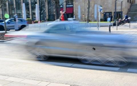Schnelles Auto in der Wilhelmstraße