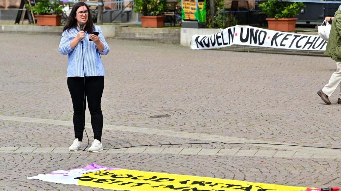 Landtagsabgeordnete Nina Eisenhardt im Rahmen der Rundgebung auf dem Dernschen Gelände.