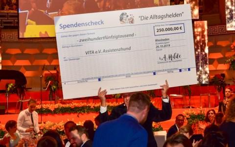 VITA, Seit zehn Jahren richtet Erhard Priewe die Vita Charity Gala aus,. der begnadete Organisator un Blumenkünstler aus Wiesbaden.