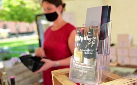 Verschiedene Weingüter bieten aktuell auf dem Schlossplatz in Wiesbaden ihre Waren an.