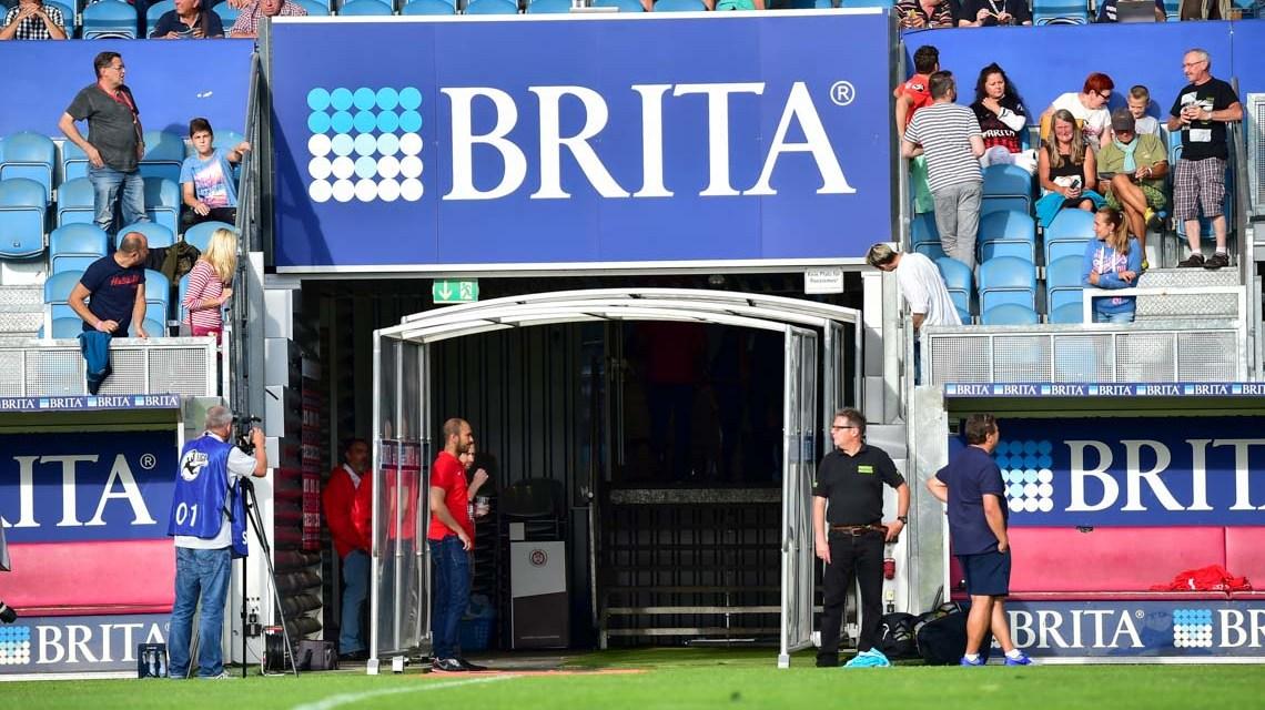 Brita Arena, die Mannschaften laufen ein