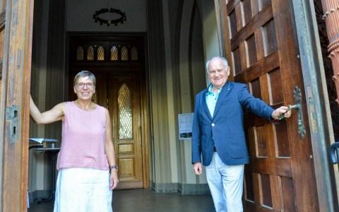 Hereinspaziert: Christina Tiekötter und Günter Hoffarth sind zwei der rund 30 Ehrenamtlichen, die dafür sorgen, dass sich die Marktkirchentüren für die Besucher öffnen. Foto: Andrea Wagenknecht /Evangelisches Dekanat Wiesbaden