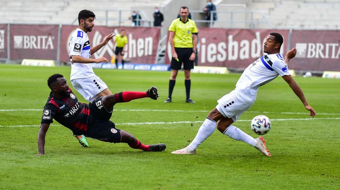 Nach einem Blitztor von Waldhof Mannheim rennt der SV Wehen Wiesbaden 89 Minuten hinter dem Ball her. Der Ausgleich gelingt nicht.