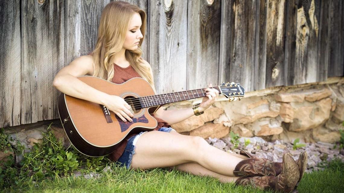Lorri Lang auf Pixabay Gitarre -