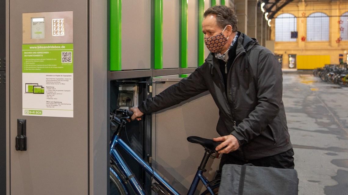 Clemens Mellentin parkt sein Fahrrad in einer Fahrradbox Foto: Volker Watschounek