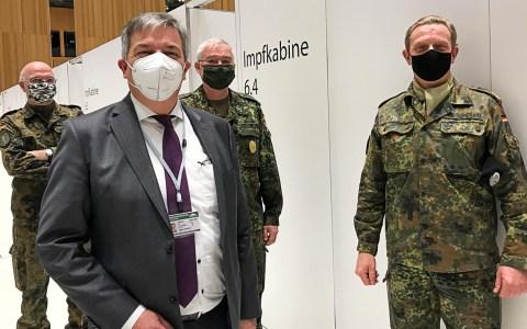 Wiesbadens Oberbürgermeister besucht das mobile Impfteam der Bundeswehr uim Impfzentrum.