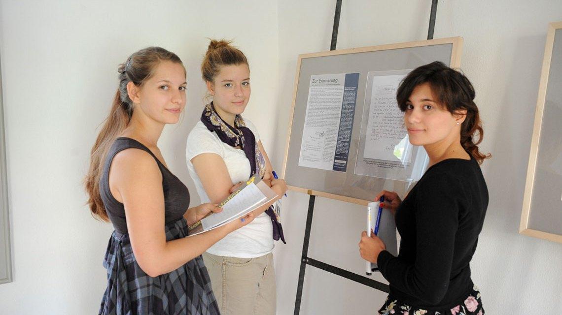 Drei junge Frauen erarbeiten etwas im Bürgerkolleg
