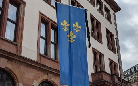 Für Hans-Martin Kessler: Wiesbaden Fahne mit Trauerflor vor dem Rathaus