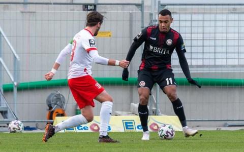 Maurice Malone, Torschütze des 1:1 Fußball, 3. Liga, 2020.2021, 18. Spieltag, SV Wehen Wiesbaden gegen Hallescher FC, Endstadt 1:1, ´(0::1)