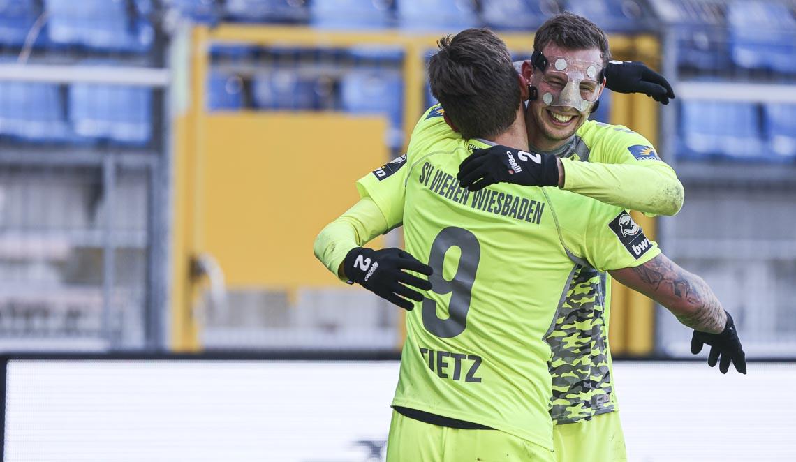 Jubel nach dem Siegtreffer - Phillip Tietz gratuliert dem Schützen Hakan Gustaf