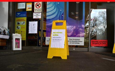 Zugangsbeschränkung vor Supermärkten und Geschäften, sofern sie auf haben.