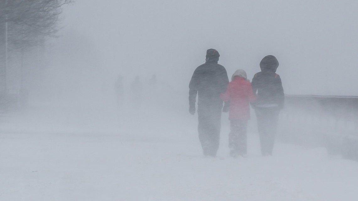 Dauerregen, Schneefall.. Gruppe von Menschen bei schlechtem Wetter im Nebel bei Schnee