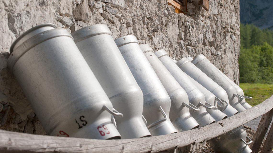 Schwälbchen: Symbolfoto, Milchkannen warten auf ihren Einsatz