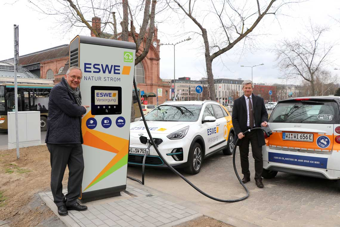 Sie haben den HPC-Charger am Bahnhof direkt ausprobiert (v. li.): Ralf Schodlok, Vorstandsvorsitzender der ESWE Versorgungs AG, und Andreas Kowol, Umwelt- und Verkehrsdezernent der Landeshauptstadt Wiesbaden