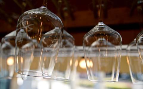 Weinstände, Weingläser am Weinprobierstand