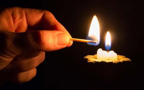 Oberbürgermeister entzündet Kerze