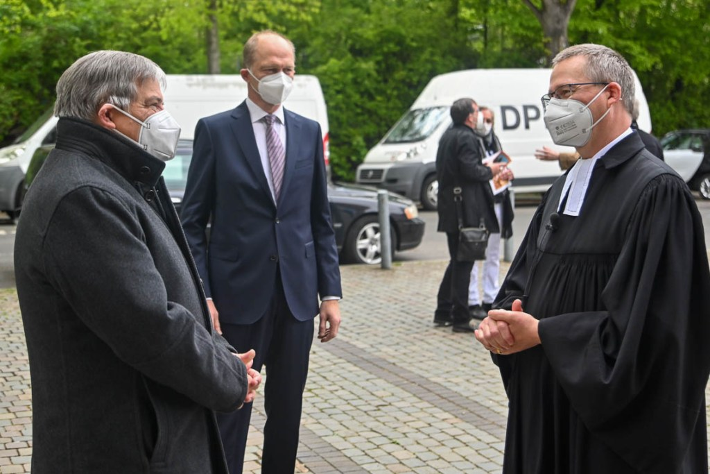 OB Gert-Uwe Mende, Stadtverordnetenvorsteher Dr. Gerhard Obermayr verabschieden Matthias Welsch.