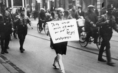 Antisemitismus, Rasismus: ADN-ZB/Archiv Deutschland unter dem faschistischen Terrorregime 1933-1945 Weltweit als Dokument der Schande für die Nazi-Schergen wurde dieses Foto vom März 1933. ein jüdischer Anwalt, der noch auf die Polizei als Hüterin von Recht und Ordnung vertraut hatte, wird von SA-Rowdys, die als Hilfspolizisten fungierten, ¸ber den Stachus in München getrieben. Der Mann, den das Bild zeigt, der Münchner Rechtsanwalt Dr. Michael Siegel, einer der ersten Opfer des braunen Terror-Regimes, war einer der wenigen, der es überlebte, obwohl er bis in die Kriegszeit hinein in Deutschland ausharrte. Er ist am 15. März 1983 im 97. Lebensjahr in Lima (Peru) gestorben. Foto: Heinrich Sanden