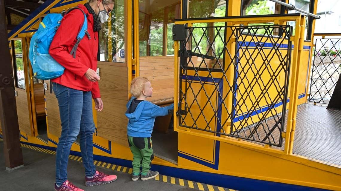 Mutter mit Kind: Der kleine Moritz freut sich auf seine erste Fahrt mit der Nerobergbahn.