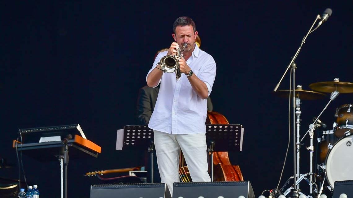 Das Rheingau Musik Festival hat sich für mehrere Konzerte die Kulisse der Strandkorbkonzerte in der Brita-Arena Wiesbaden reserviert. Den Auftakt machte am Samstagabend, 3. Juli, Till Brönner.