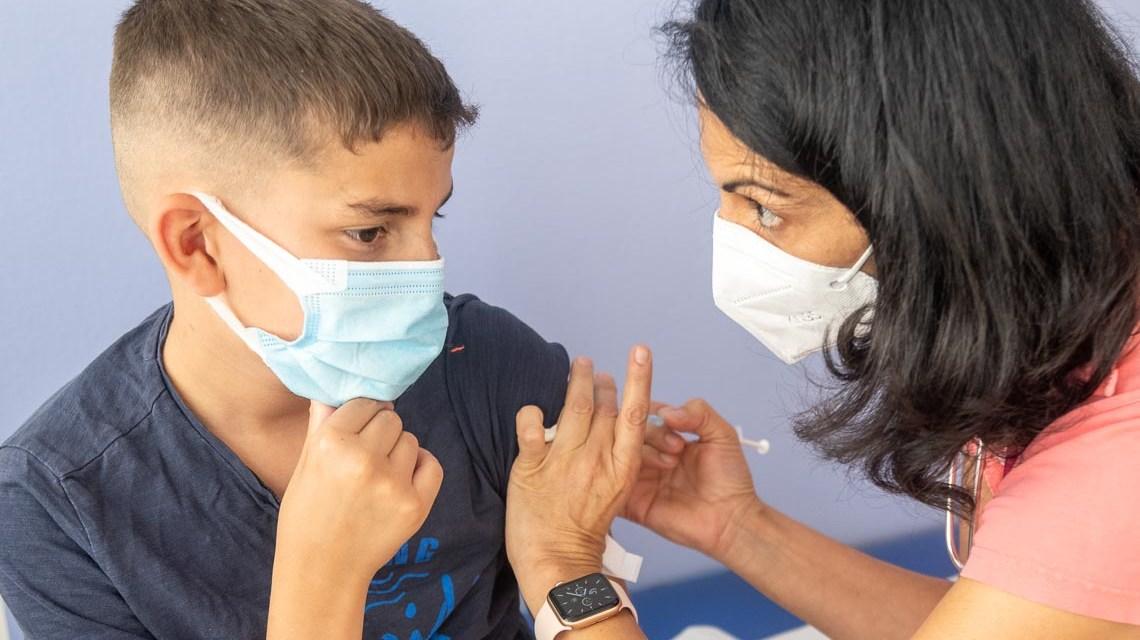 Kinder und Jugendliche werden geimpft.