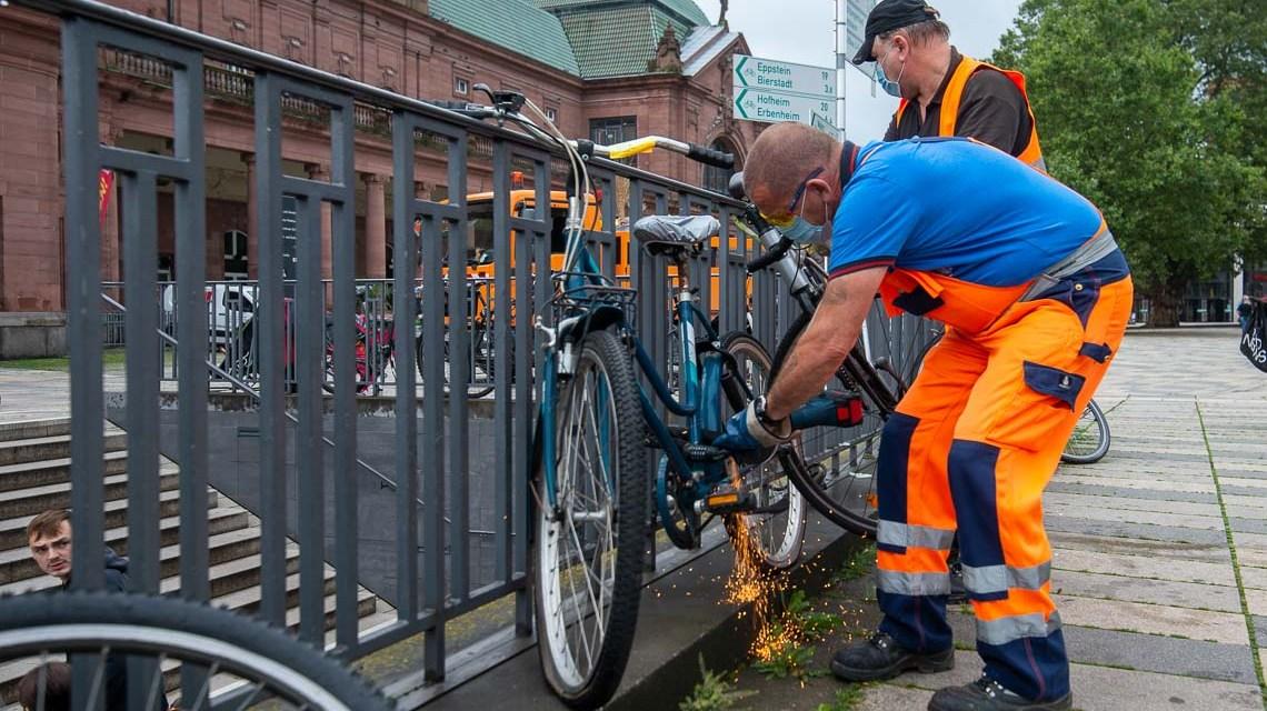Harald Koschnik entfernt Schrottfahrräder.