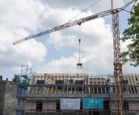 Der Spatenstich und Baubeginn liegt zwei Jahre zurück. Fertig werden soll die Ortsverwaltung Sonnenberg am Hofgartenplatz Nummer 1 bis März 2022. Am 23. Juli 2021 war erst einmal Richtfest.