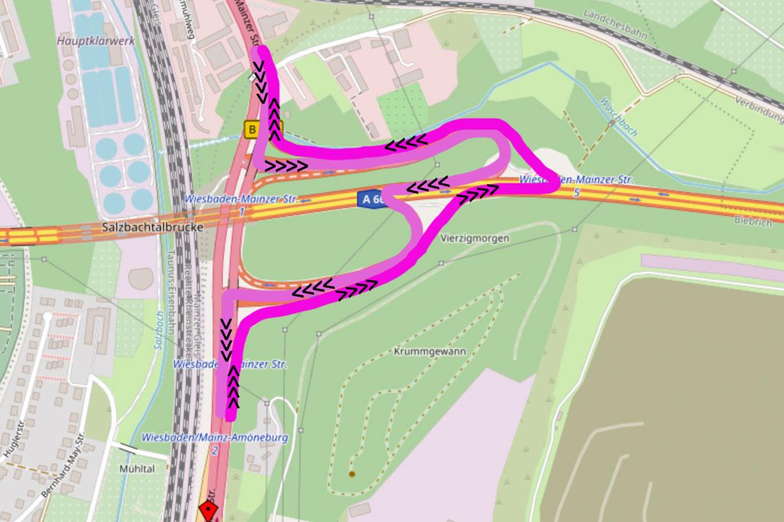 Der aus Wiesbaden kommende Verkehr wird vor der Salzbachtalbrücke links über Rampe zur A 66 abgeleitet, quer über die Autobahn und gleich übert die nächste Rampe auf die andere Seite der Brücke geleitet.