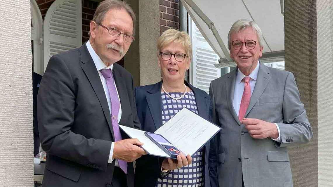 Ministerpräsidenten Volker Bouffier übergibt das Verdienstkreuz 1. Klasse des Verdienstordens der Bundesrepublik Deutschland an: Karlheinz Weimar (l.) mit Ehefrau Helga.