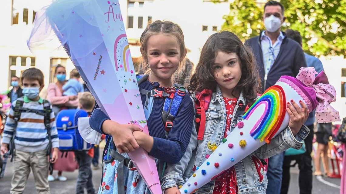 Aurelia und Greta bei der Einschulung in der Hebbel Grundschule