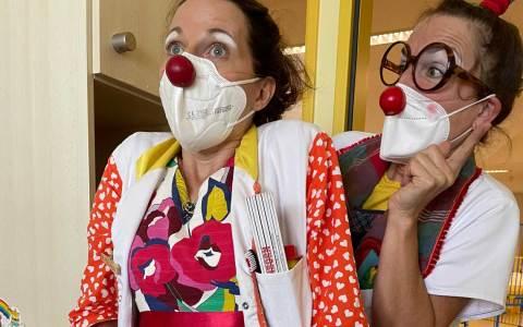 Die Clown-Doktoren beim Patienten.