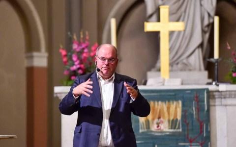 Walter Kohl hält einen Vortrag in der Marktkirche.