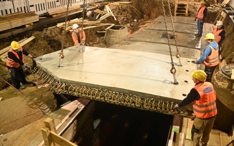 Auf der Kanalisation in der Bleichstraße wird eine neue Abschlussplatte verlegt.