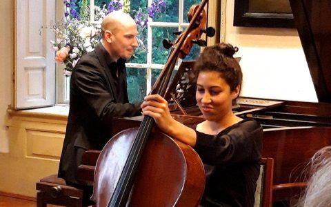 Konzert mit Ella van Poucke, sie siitzt am Chello