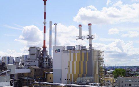 Das neue GuD-Kraftwerk im Industriepark Wiesbaden verfügt im neu errichteten Kesselhaus über zwei leistungsstarke Gasturbinen-Kessel-Kombinationen, deren Kamine 60 Meter in die Höhe reichen