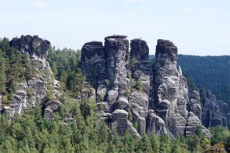 Blick von der Bastei im Elbsandsteingebirge auf die Sandsteinfelsen