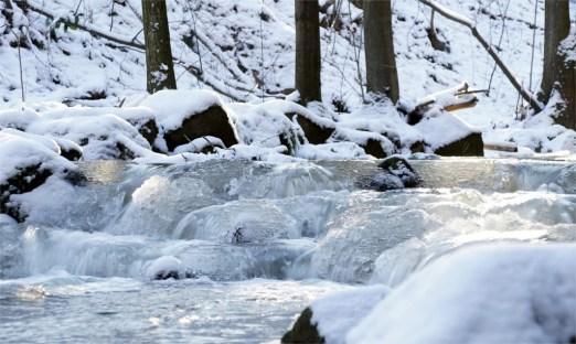 Bachlauf im Höllengrund bei starkem Frost